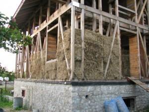 В Тернополе строят дома из соломы (a9c1e1ff7296 300x225)